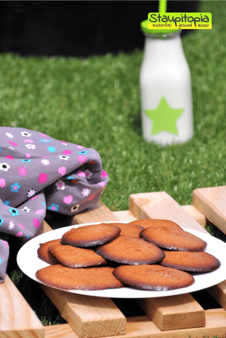 Für dieses Low Carb Cookies Rezept benötigst du nur 4 Zutaten: Erythrit, Fiber Sirup, Mandelmus und ein Ei. Der perfekten Low Carb Kekse also, die du nicht nur als Low Carb Dessert genießen kannst, sondern auch zum Low Carb Frühstück oder als Snack für Zwsischendurch.