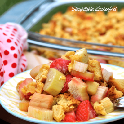 Wenn Low Carb Streusel auf Erdbeeren und Rhabarber treffen: Low Carb Erdbeer-Rhabarber-Crumble