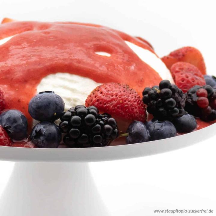 Die Low Carb Joghurt Bombe ist ein einfaches Dessert ohne Zucker, dass sich perfekt für eine gesunde Ernährung eignet. Naschen ohne Reue.