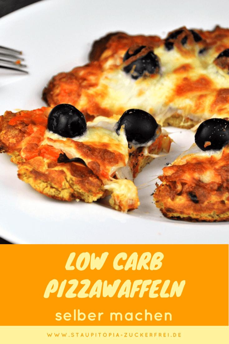 Low Carb Pizzawaffeln: Im Waffeleisen kannst du nicht nur süße Waffeln backen. Diese herzhaften Low Carb Waffeln sind mein heimlicher Favorit, wenn es um das Backen mit dem Waffeleisen geht. Die Kombination von Mandelmehl, Lupinenmehl und Sojamehl funktioniert hervorragend für die Low Carb Pizzawaffeln und bildet die perfekte Grundlage für ein Low Carb Abendessen aus dem Waffeleisen.