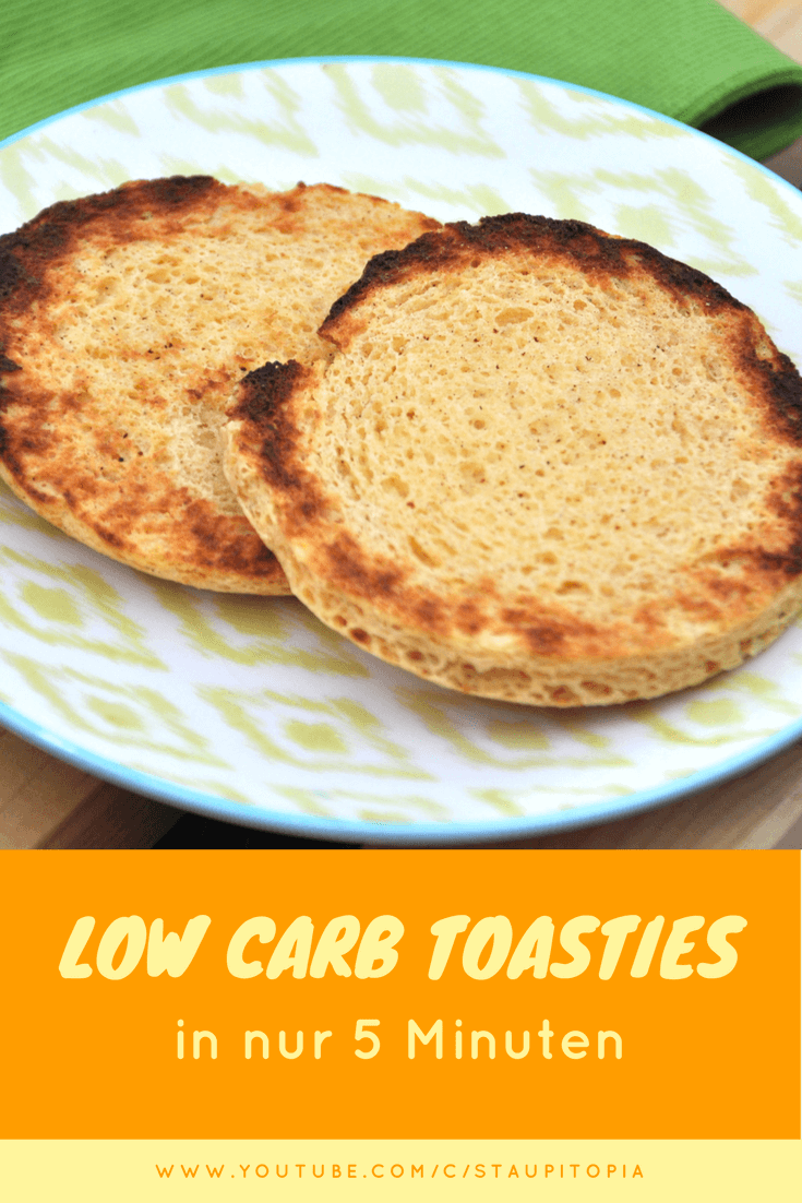 """Dieses Rezept für Low Carb Toasties ist für dich perfekt, wenn es bei dir morgens häufig schnell gehen muss, du aber auf ein leckeres Low Carb Frühstück mit Brot nicht verzichten möchtest. Du kannst das leckere, glutenfreie Low Carb Brot, dass du vielleicht auch unter dem Namen """"englische Muffins"""" kennst in nur 5 Minuten ganz einfach in der Mikrowelle backen. Auch der Teig ist im Nu zusammengerührt."""