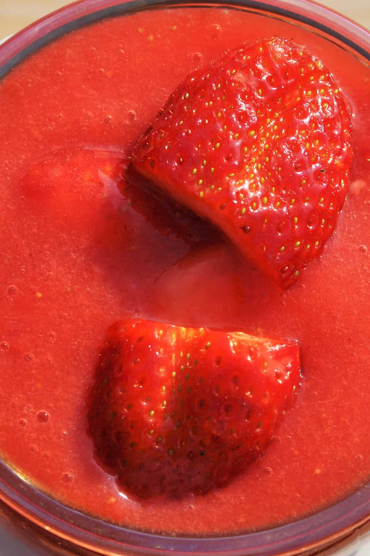 So kannst du Low Carb Marmelade mit nur 3 selber machen! In nicht mehr als 5 Minuten ist diese Low Carb Marmelade fertig und dein gesundes Frühstück ohne Kohlenhydrate ein echter Genuss!