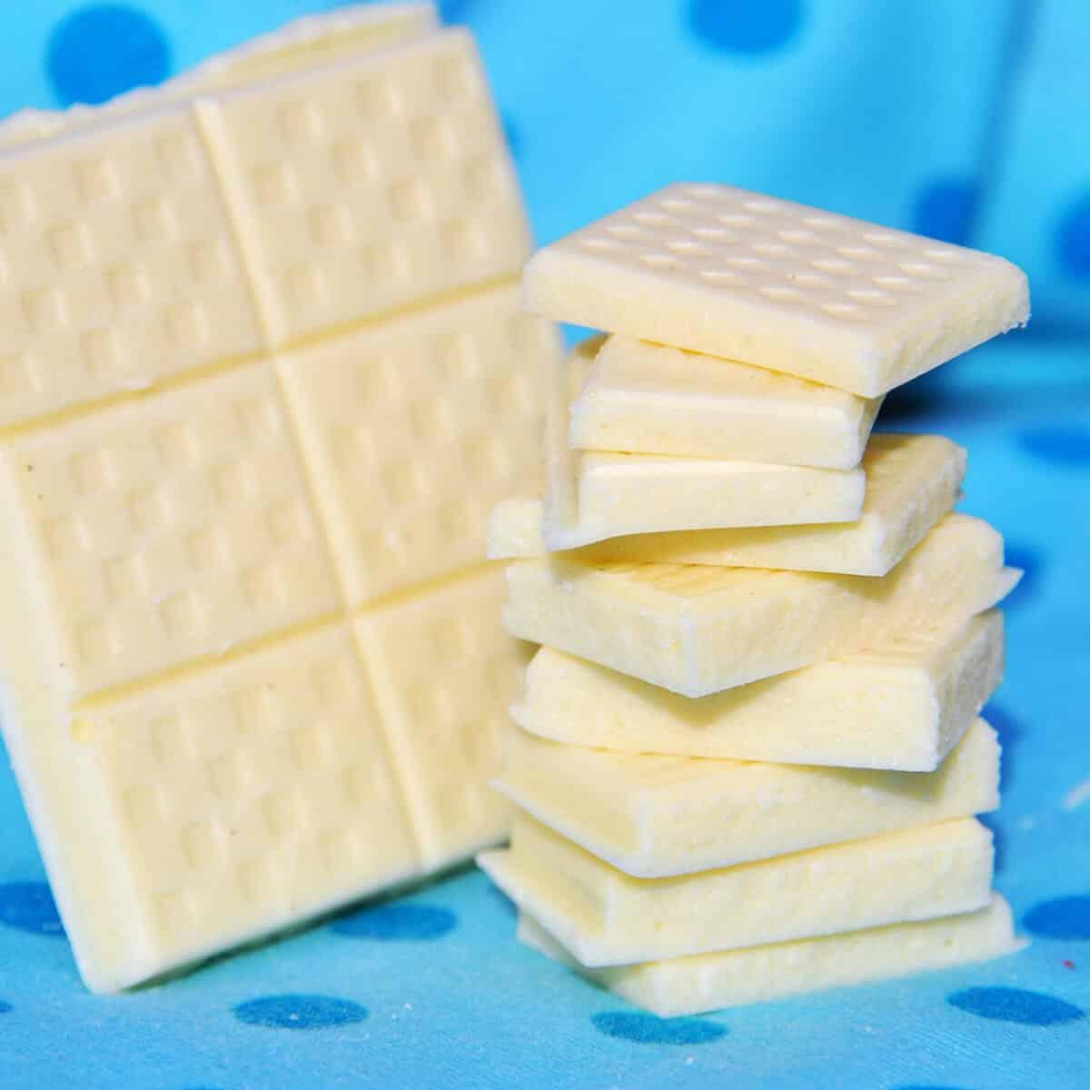 5 Minuten - 3 Zutaten - 0 Zucker: Einfache, weiße Low Carb Schokolade ohne Zucker, für die du nur 3 Zutaten benötigst und nicht mehr als 5 Minuten Zubereitungszeit. Dieses Rezept für weiße Low Carb Schokolade ist eines meiner Low Carb Grundrezepte geworden und eignet sich natürlich auch perfekt zum Low Carb backen.