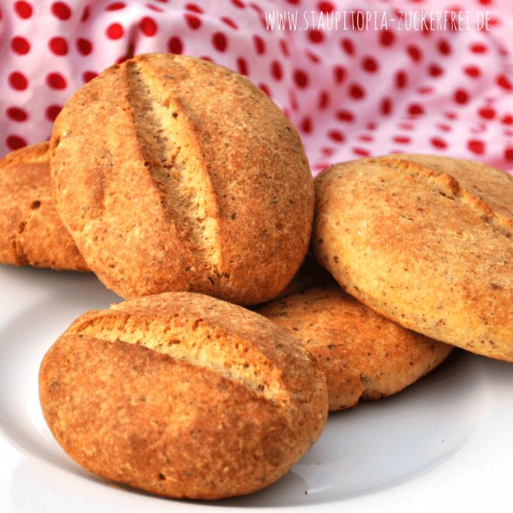 Einfache Low Carb Brötchen zum genießen: Diese Low Carb Brötchen sind nicht nur schnell zubereitet, sondern gesund und richtig lecker. Für die Zubereitung benötigst du nur 6 Zutaten: Frischkäse, Eier, Kokosöl, Backpulver, Salz und Eiweiß-Mehl-Mix. Probier es am besten direkt aus!