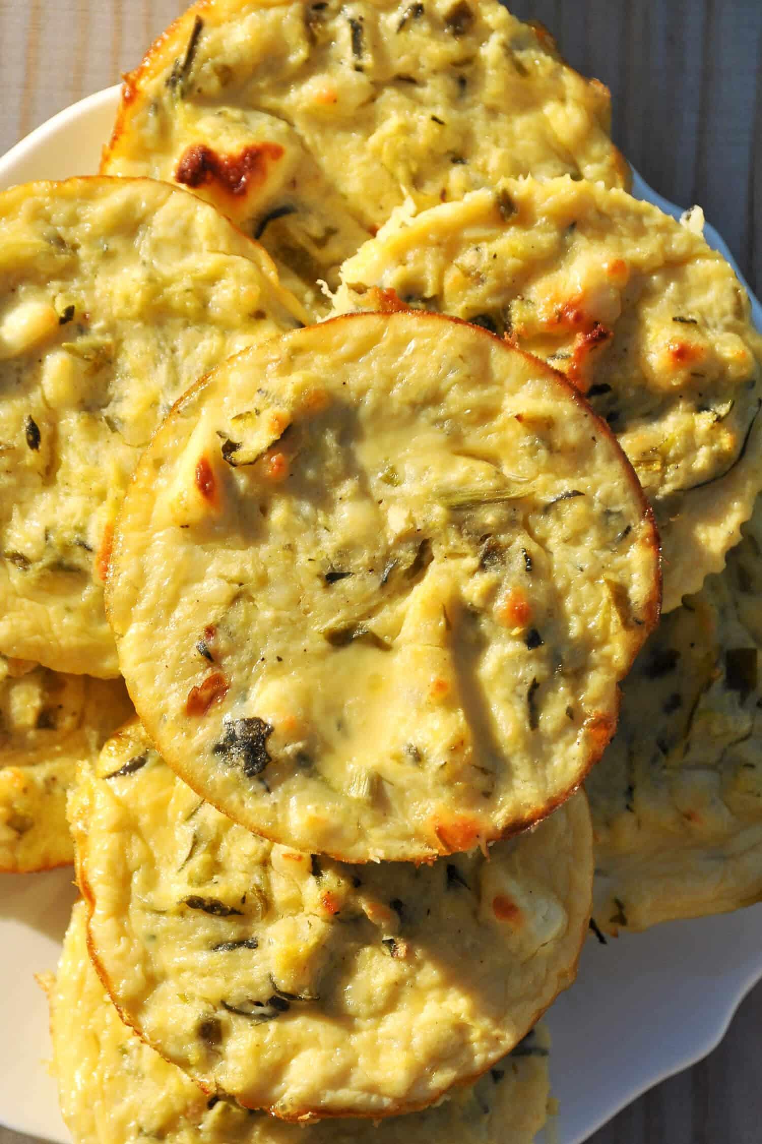 Ein Rezept für herzhafte Muffins, dass du unbedingt ausprobieren solltest: Low Carb Zucchini-Feta-Muffins! Diese herzhaften Low Carb Zucchini-Feta-Muffins sind nicht nur einfach zuzubereiten, sondern glutenfrei, Low Carb und richtig lecker. Für die Zubereitung benötigst du nur 4 Zutaten: Zucchini, Feta, Mandelmehl und ein Eier. Probier es am besten direkt aus!