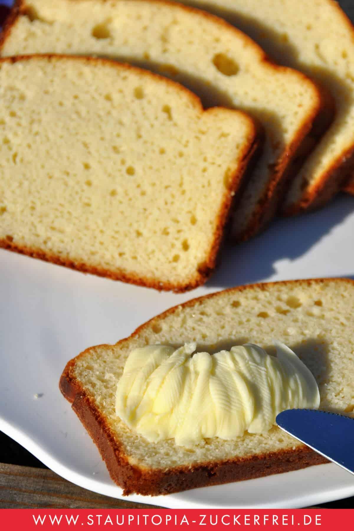 Versüße dir dein Low Carb Frühstück mit diesem einfachen Low Carb Brotrezept! Der Low Carb Stuten schmeckt hervorragend einfach nur zusammen mit Butter. Er ist einfach nachzumachen und perfekt für alle geeignet, die gerne auch mal ein süßes Low Carb Frühstück genießen! Hol dir jetzt das Rezept auf www.staupitopia-zuckerfrei.de #lowcarbbrot #brotersatz #lowcarbstuten #lowcarbfrühstück #