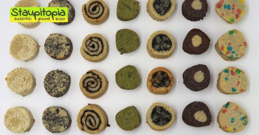 Dieses Rezept für Low Carb Kekse hat wirklich eine enorme Vielfalt. Du kannst den Keksteig mit allen denkbaren Zutaten deiner Wahl kombinieren und erhältst somit im Handumdrehen köstliche, selbstgemachte Low Carb Kekse ganz nach deinem Geschmack. Heute zeige ich dir gleich 7 verschiedene Variations-Möglichkeiten des Teiges für die Low Carb Kekse.