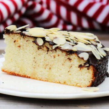 Kann man einen Marzipankuchen ohne Zucker aus nur zwei Zutaten backen? Ja, man kann. Und wie einfach es tatsächlich sein kann, so einen köstlichen Kuchen ganz ohne Zucker und ohne Mehl zu Backen, das erfährst du jetzt.