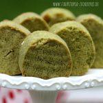 Man mische eine Portion Low Carb Keksteig mit einem Teelöffel Matcha Pulver und erhält diese wundervollen Low Carb Matcha Kekse. Sie sehen durch die grüne Farbe nicht nur einzigartig aus, sondern überzeugen auch durch ihr leichtes, ein wenig nach Tee schmeckendes, Aroma.