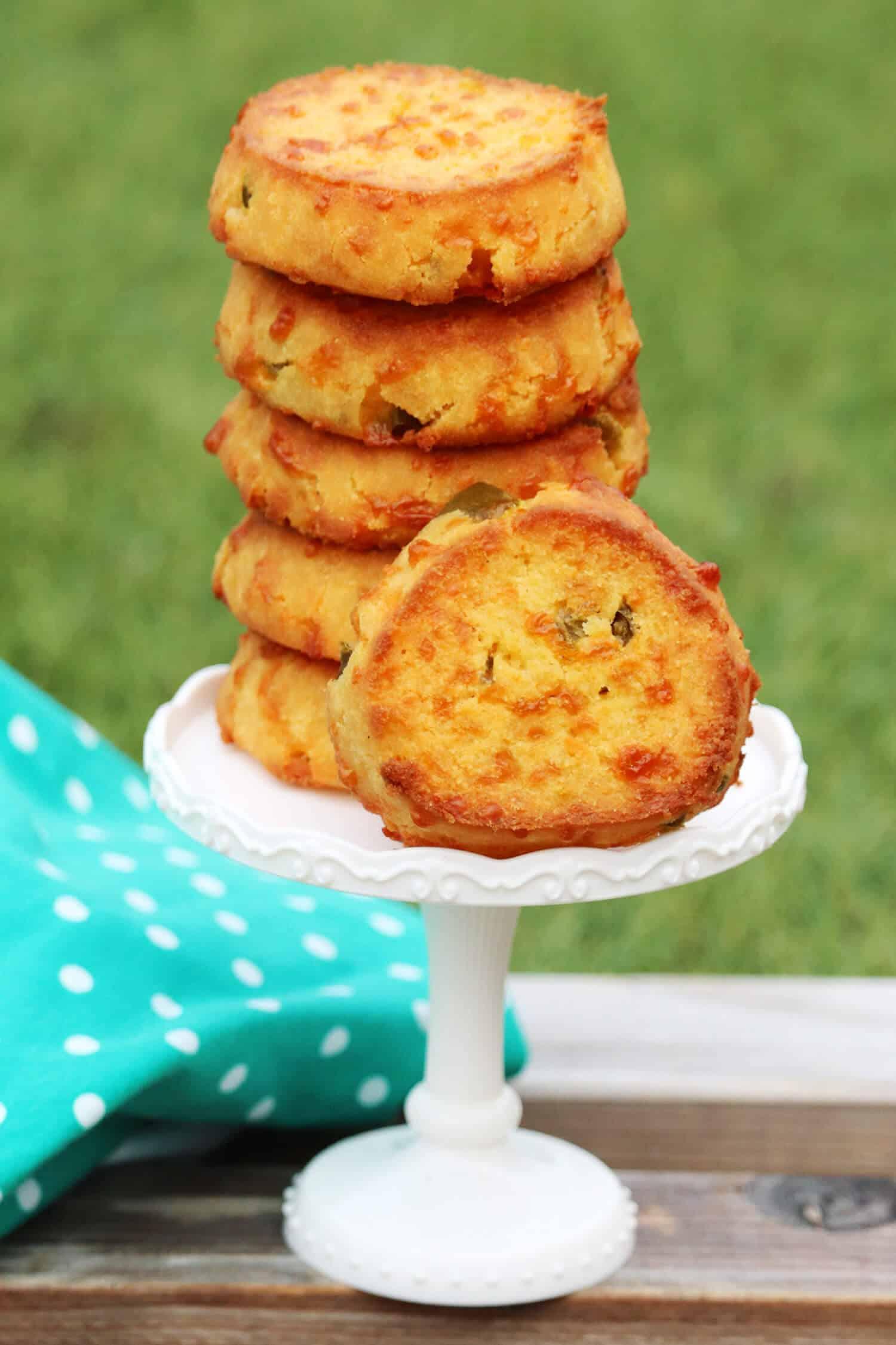 Diese herzhaften Low Carb Jalapeno Cheddar Plätzchen sind der perfekte Snack für Zwischendurch. Du kannst die Plätzchen schnell und einfach selber machen, durch die Schärfe wird dein Stoffwechsel angeregt und sie sättigen wunderbar, wenn dich der plötzliche Heißhunger überkommt. Ein perfektes Rezept für alle, die auf der Suche nach herzhaften und gesunden Snack Ideen für die Arbeit, Schule oder auch mal abends sind.