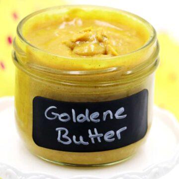 Goldene Butter - Was ist denn das? Die Goldene Milch wird dir vielleicht schon als kleines Wundergetränk bekannt sein. Sie soll die Abwehrkräfte stärken und dem Körper Energie und Kraft geben. Zudem schmeckt die Goldene Milch auch auch noch wirklich sehr lecker. Die wundervollen Zutaten der goldenen Milch lassen sich allerdings auch wunderbar in einen köstlichen, zuckerfreien Brotaufstrich aus Mandeln und Kurkuma verwandeln. Ich nenne es die Goldene Butter.