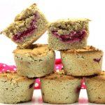 Fruchtig, saftig, köstlich: gefüllte Low Carb Muffins mit Mandelmehl! Diese Low Carb Muffins mit Mandelmehl sind mit einer super schnellen, selbstgemachten Low Carb Himbeermarmelade gefüllt und machen nicht nur beim Naschen, sondern auch beim Backen Spaß. Egal, ob du die Low Carb Muffins nur einfach mal so backen möchtest oder für einen bestimmten Anlass - es lohnt sich dieses Rezept auszuprobieren!