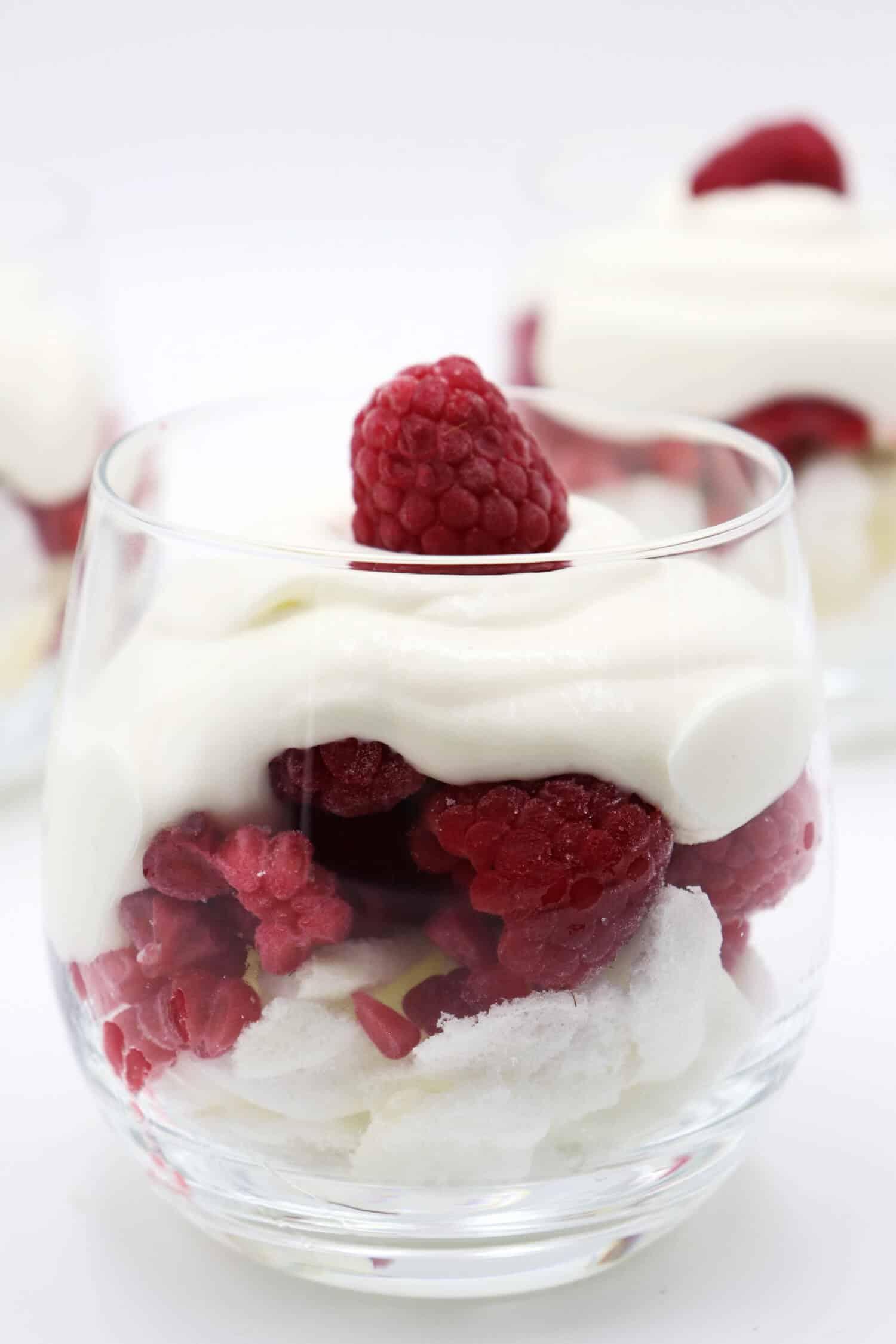 Dessert im Glas ohne Zucker und ohne Kohlenhydrate, ideal für Gäste.