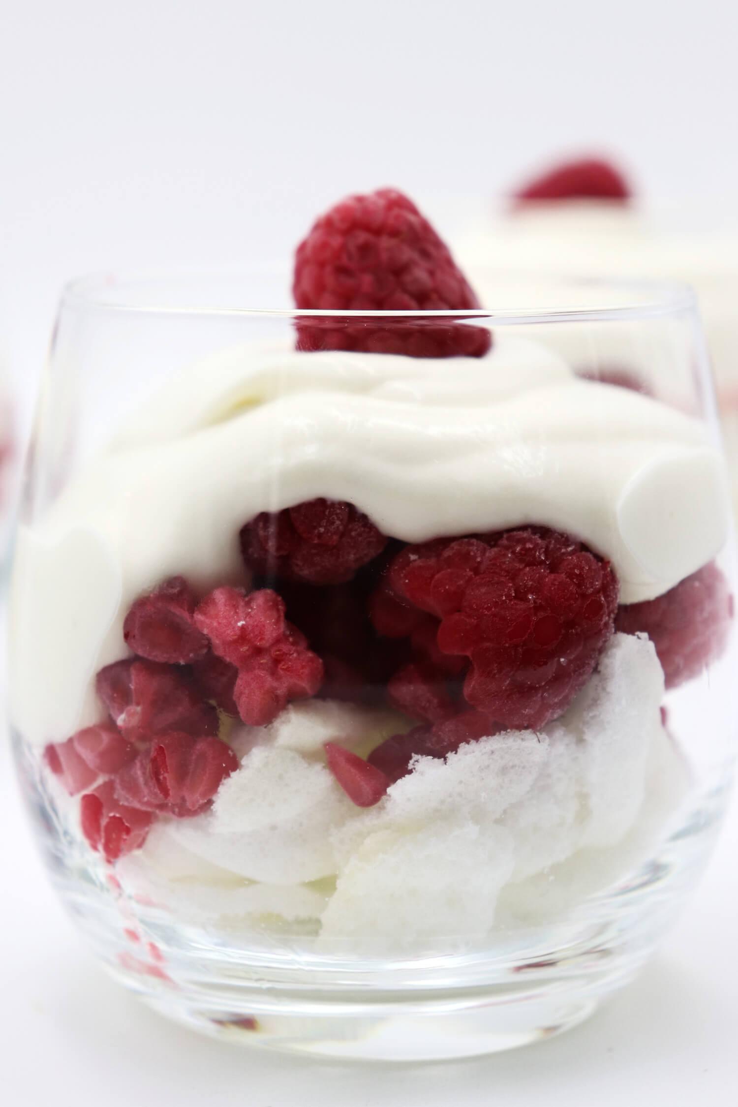 Rezept für Low Carb Dessert im Glas mit Himbeeren, Quark und Baiser.