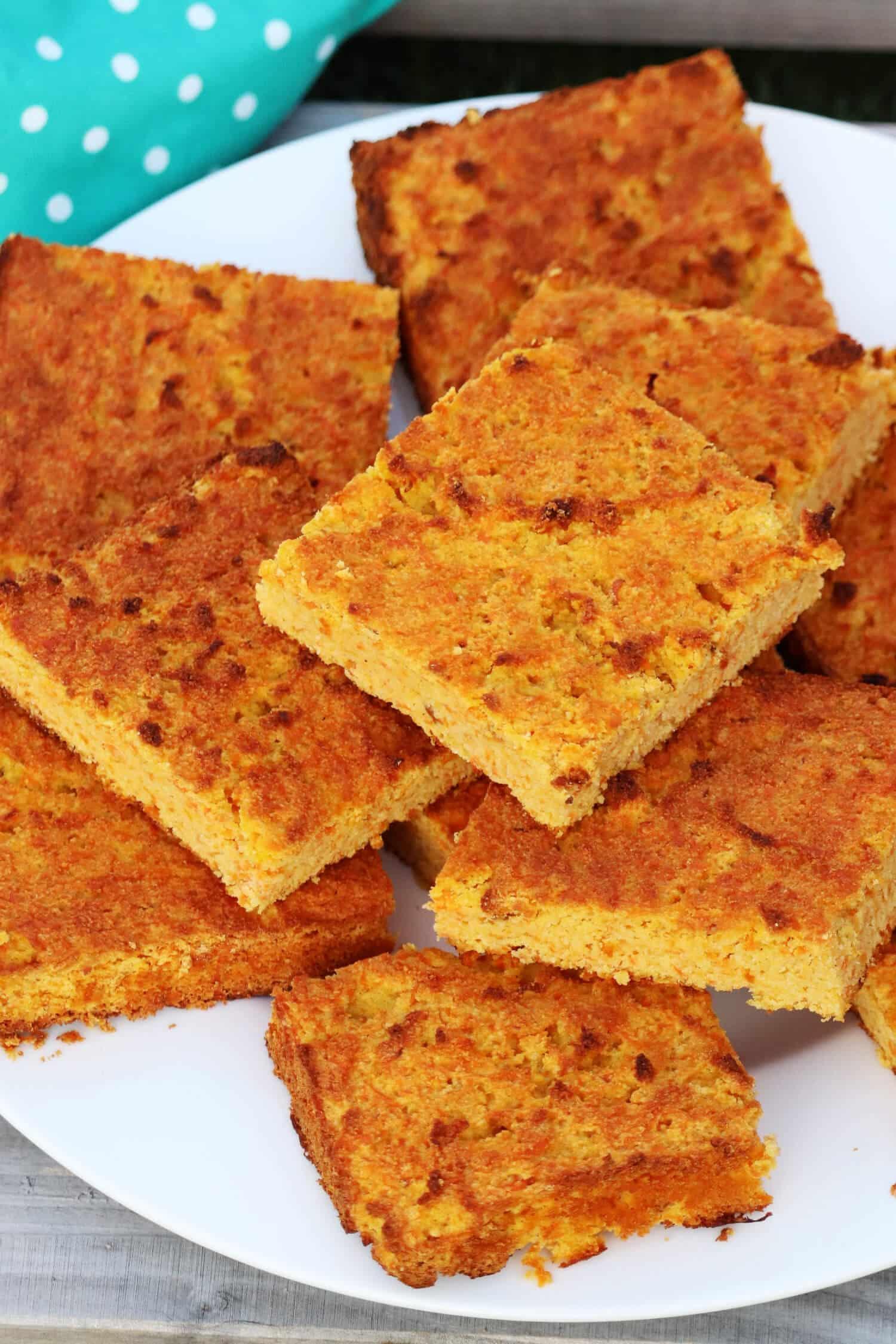 Low Carb Karottenkuchen, Rüblikuchen oder auch Möhrenkuchen backen! Dieser Low Carb Karottenkuchen vom Blech ist nicht nur super saftig, sondern du kannst ihn auch ganz einfach und schnell Backen. Ein wirklich leckeres Low Carb Kuchen Rezept ohne Zucker und ohne Mehl für Ostern.
