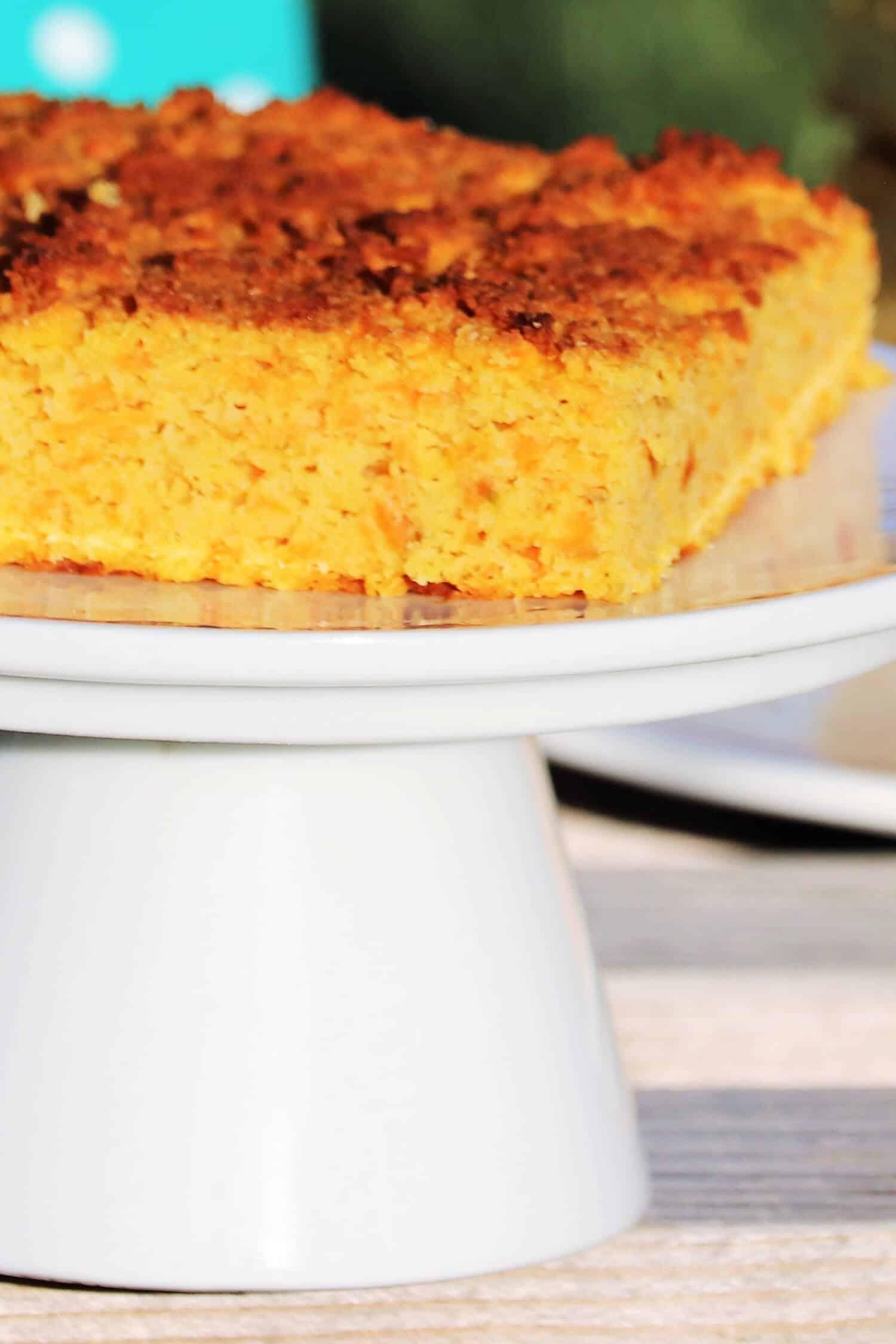 Low Carb Möhrenkuchen, Rüblikuchen oder auch Karottenkuchen backen! Dieser Low Carb Möhrenkuchen vom Blech ist nicht nur super saftig, sondern du kannst ihn auch ganz einfach und schnell Backen. Ein wirklich leckeres Low Carb Kuchen Rezept ohne Zucker und ohne Mehl für Ostern.