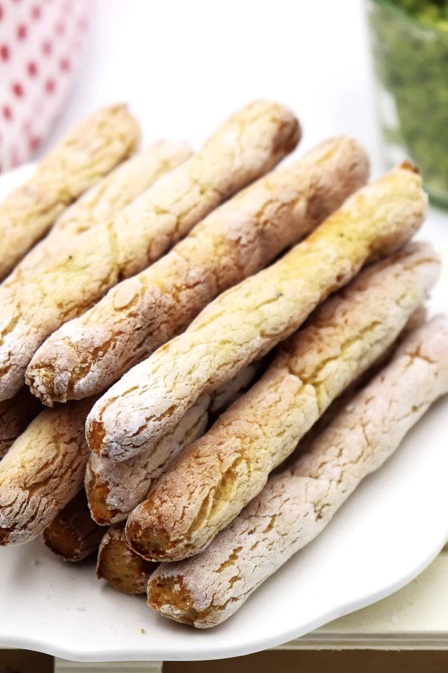 Rezept für Low Carb Brotsticks, die sich perfekt zum dippen und als Beilage zum Grillen eignen.