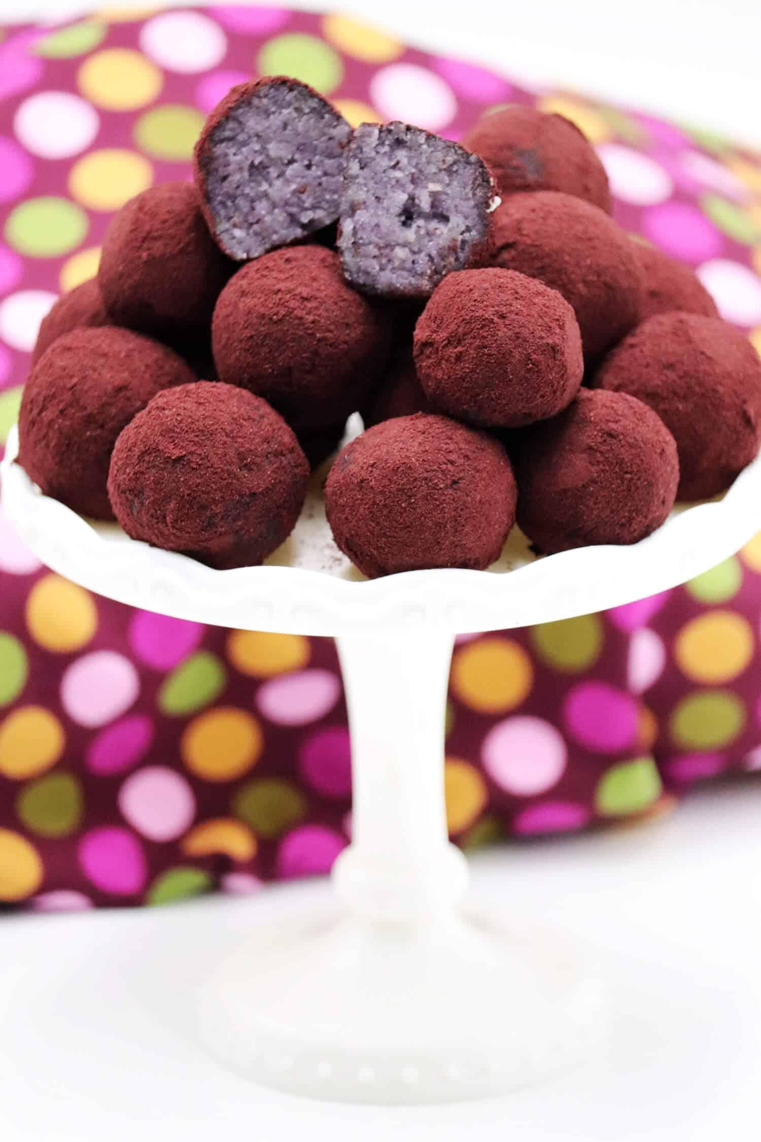 Diese süßen Low Carb Frischkäse Pralinen werden aus der einfachen Kombination von Beeren, Frischkäse, Mandeln und Aronia Pulver hergestellt.