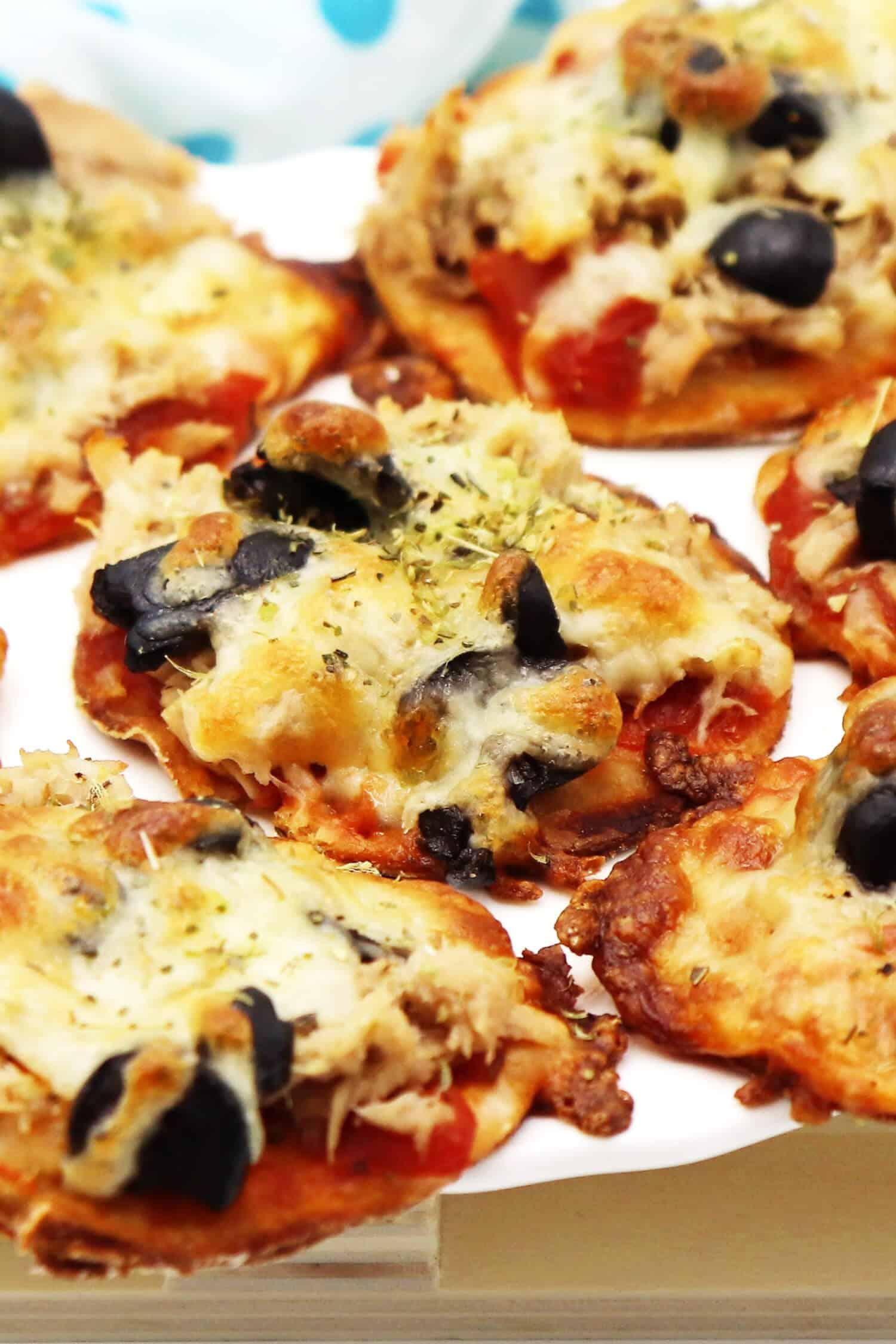 Low Carb Mini Pizza mit Thunfisch und Oliven aus einem Quark-Öl-Teig ohne Kohlenhydrate backen