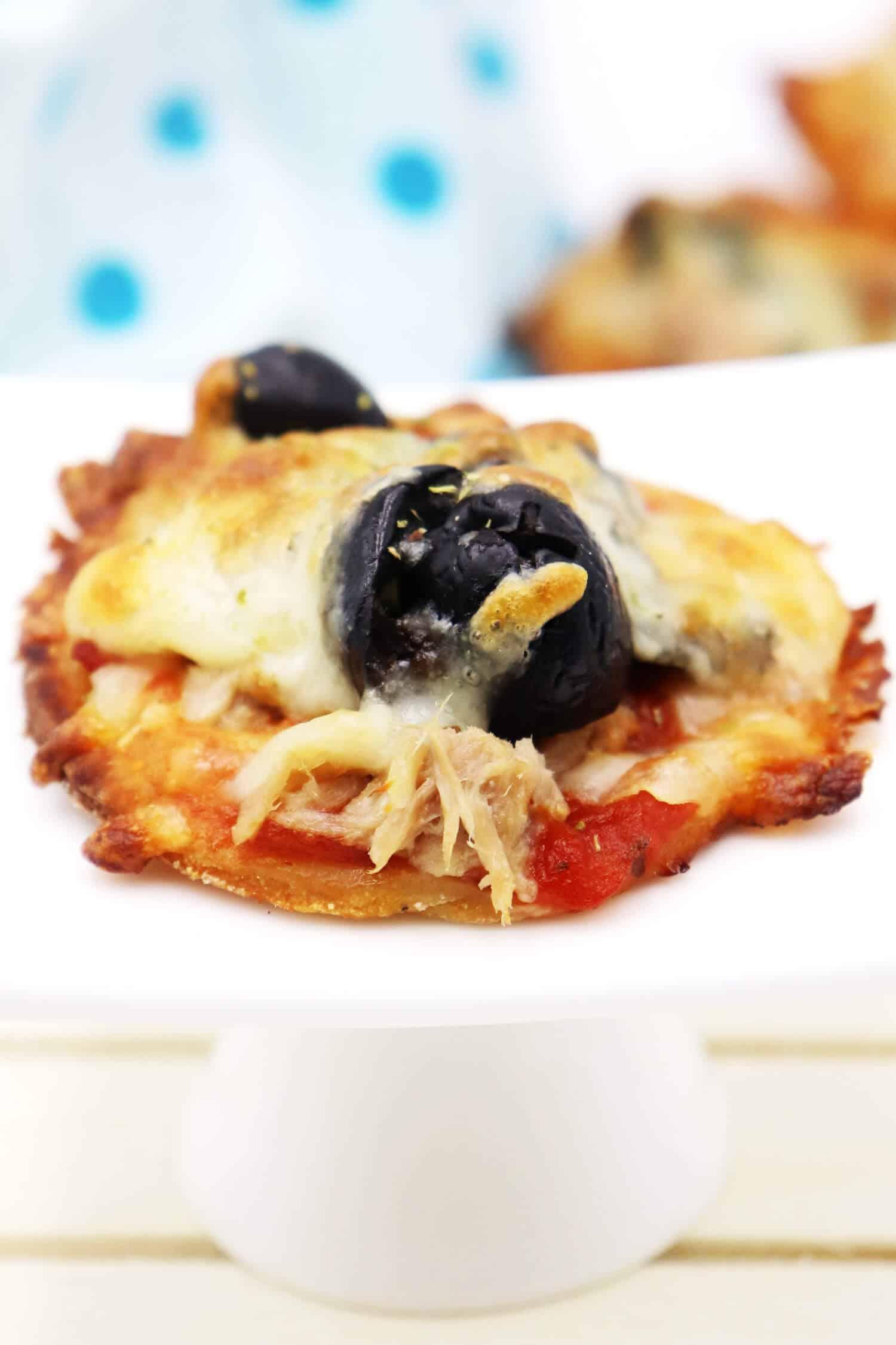 Low Carb Pizza ohne Kohlenhydrate mit Thunfisch und Oliven aus einem Quark-Öl-Teig ohne Kohlenhydrate backen