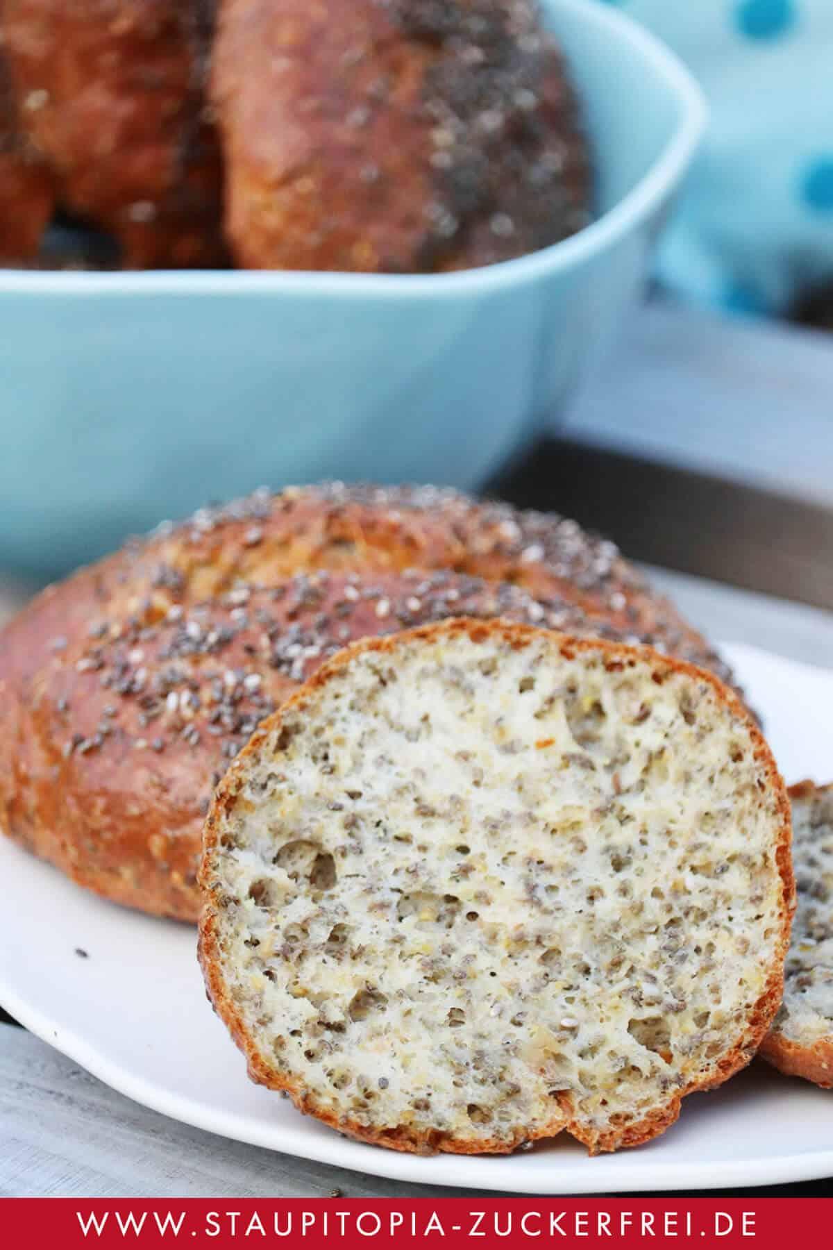 Rezept für glutenfreie Low Carb Chia-Brötchen mit Frischkäse.