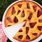 Versunkener Low Carb Erdbeerkuchen: Bei diesem Low Carb Kuchen werden die Erdbeeren mitgebacken!