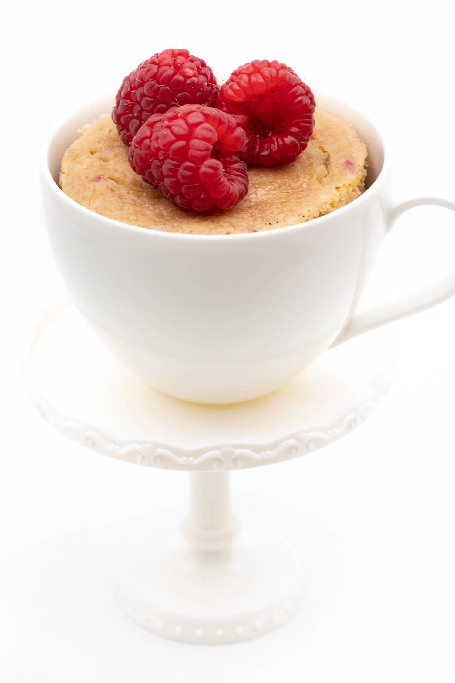Rezept für einen Low Carb Tassenkuchen mit Himbeeren ohne Mehl