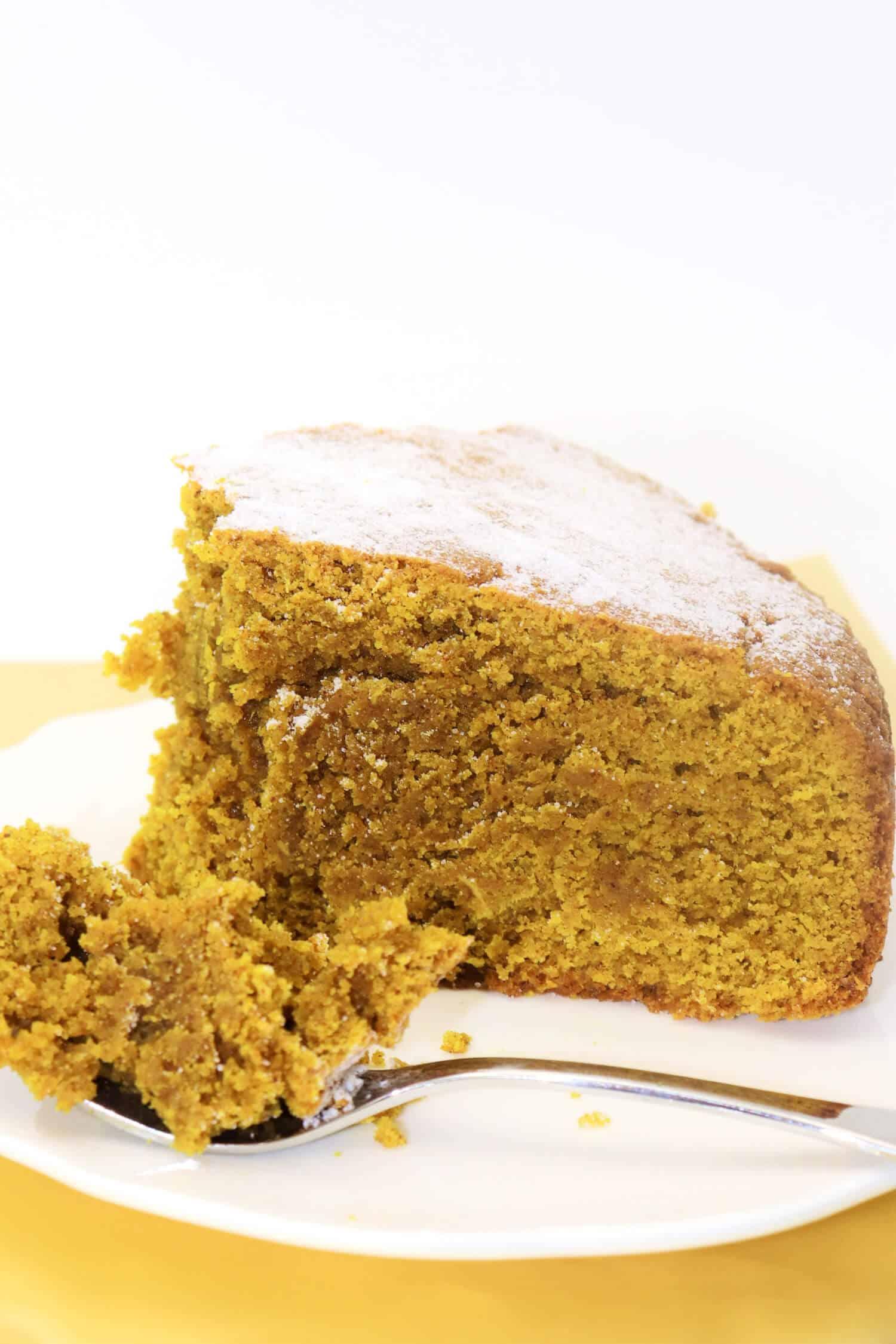 Goldener Kuchen mit Kurkuma, Ingwer und Zimt