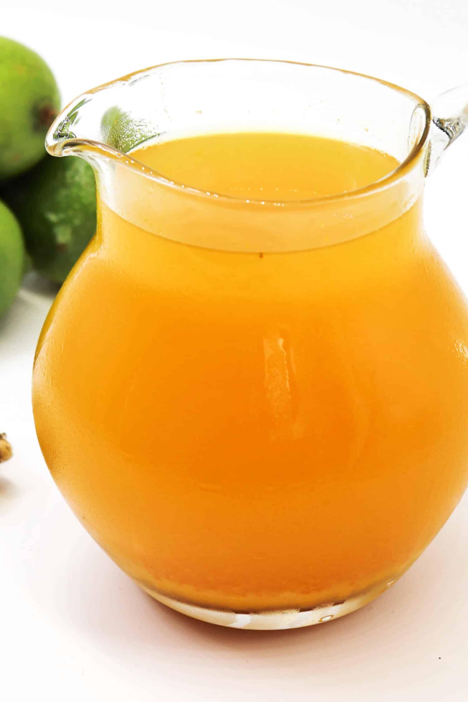 Rezept für einen Ingwertee mit Kurkuma und Zitrone.