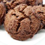 Weiche Schoko Cookies ohne Zucker und Mehl