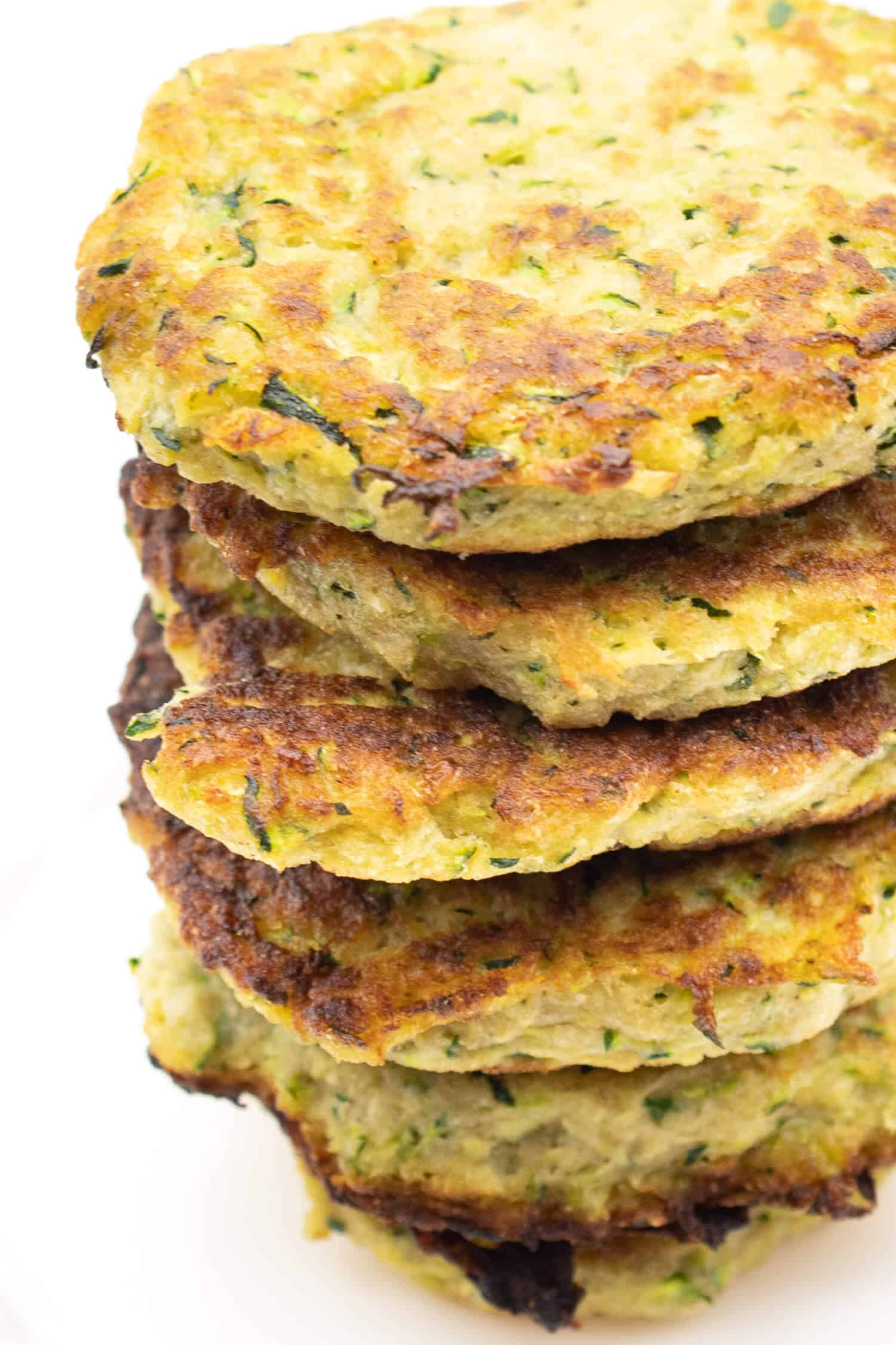 Leckere Low Carb Zucchini Puffer aus nur 4 Zutaten