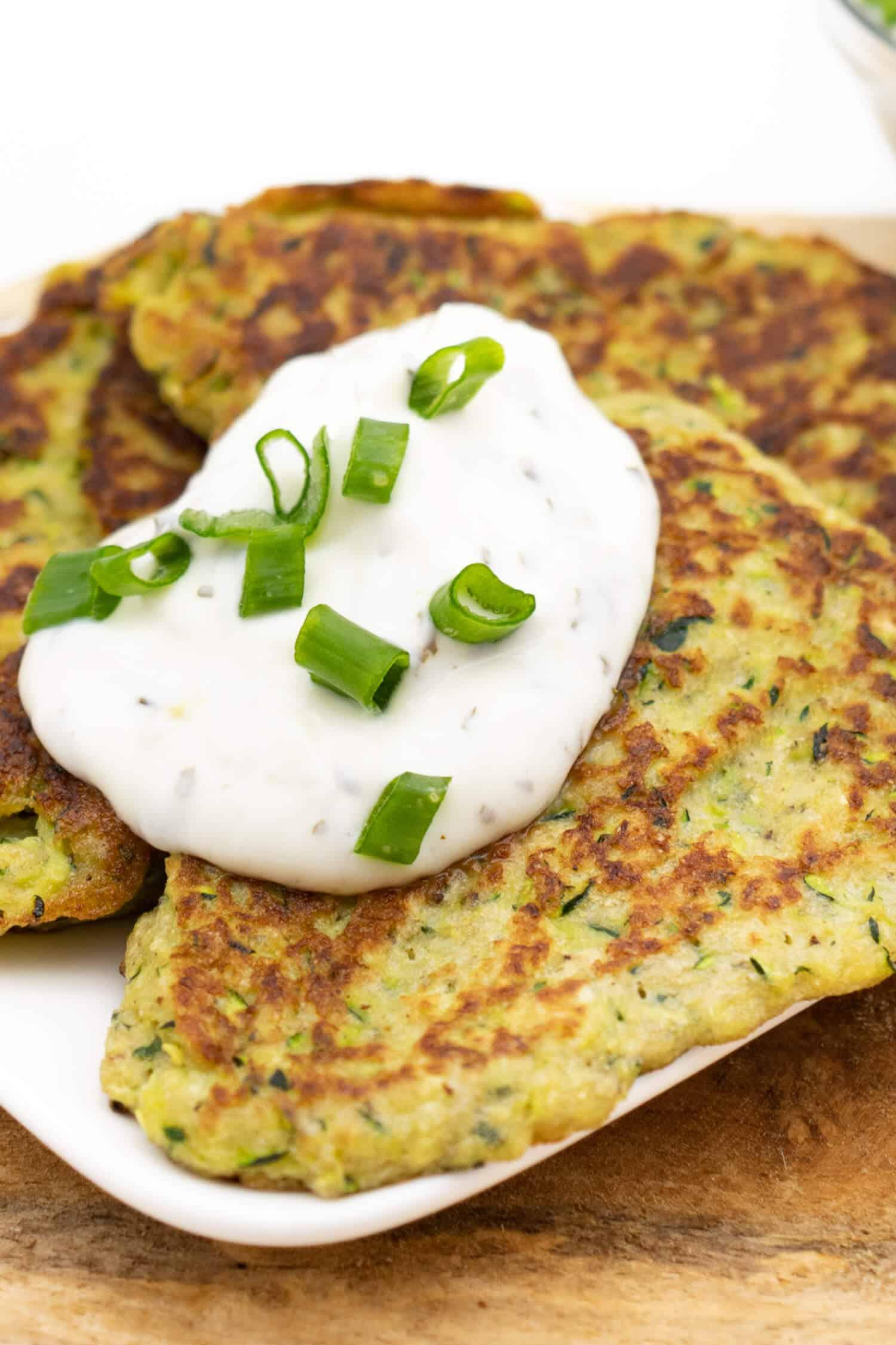Low Carb Zucchini Puffer mit Flohsamenschalen für ein gesundes Abendessen