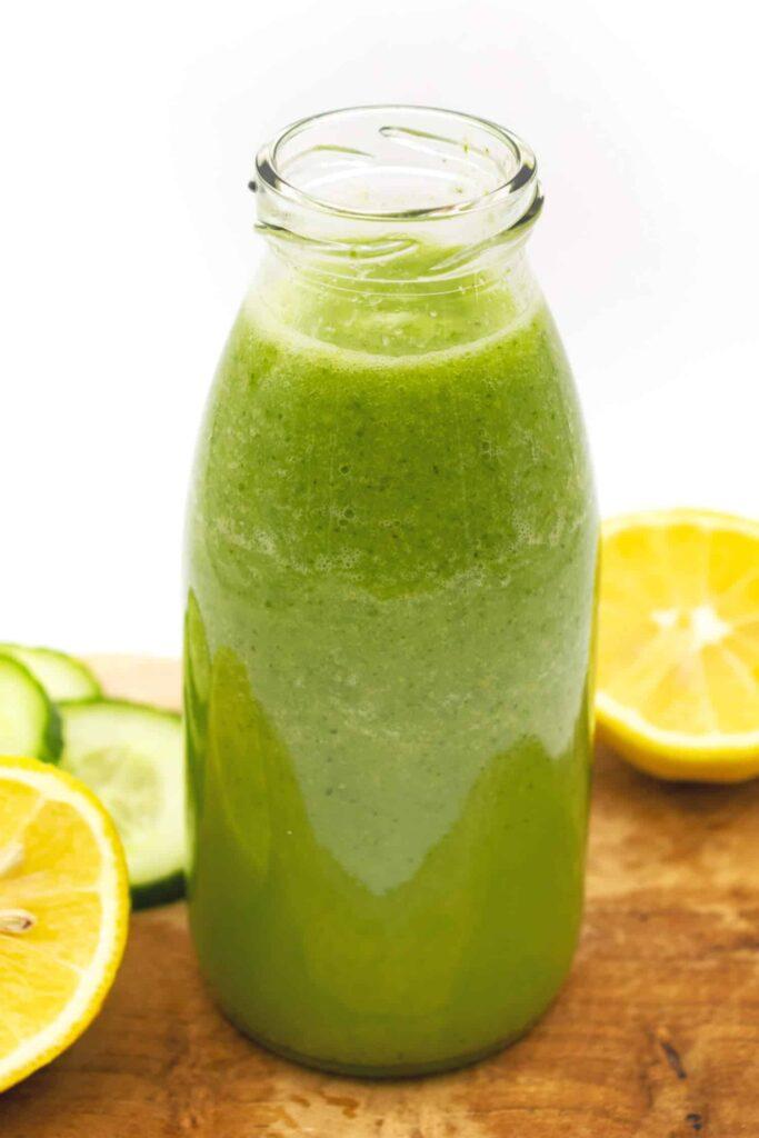 Gesundes Gurkenwasser mit Zitrone selber machen