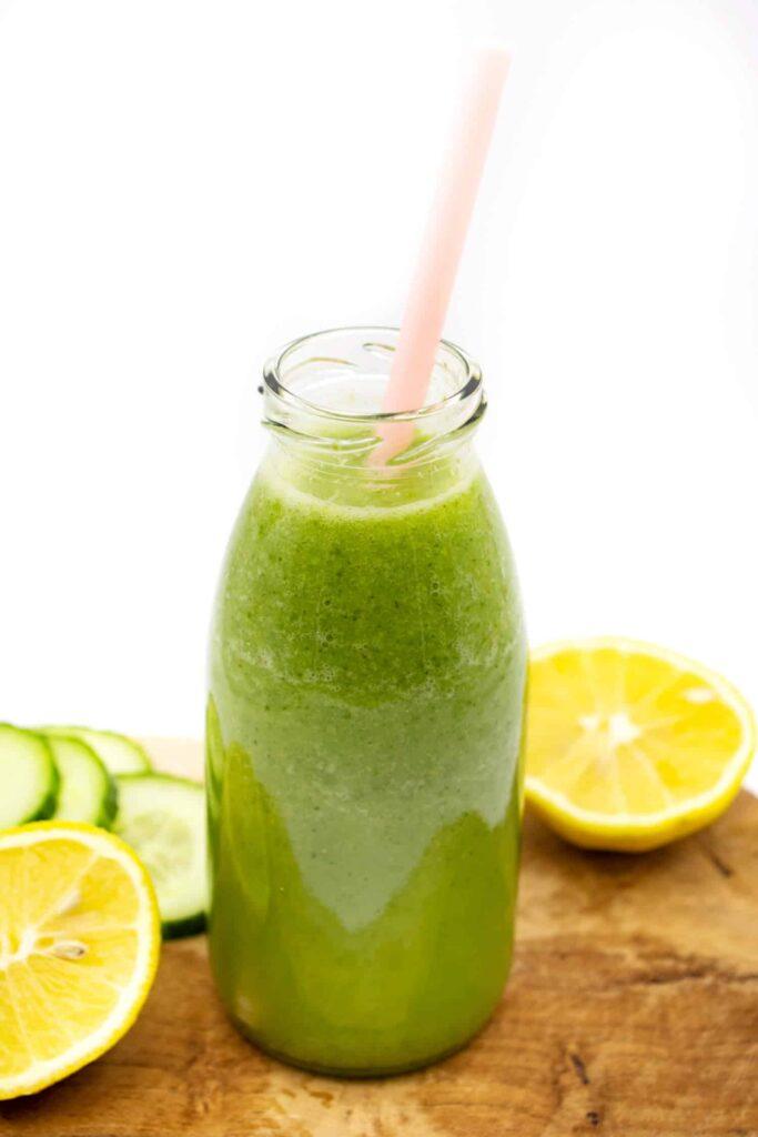 Gurkenwasser selber machen mit Zitrone